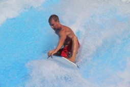 Riptide Surf Pool – Flowrider – Surfer